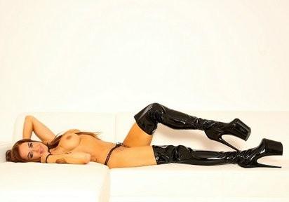 Völlig nackt mit Heels vor der Sexcam
